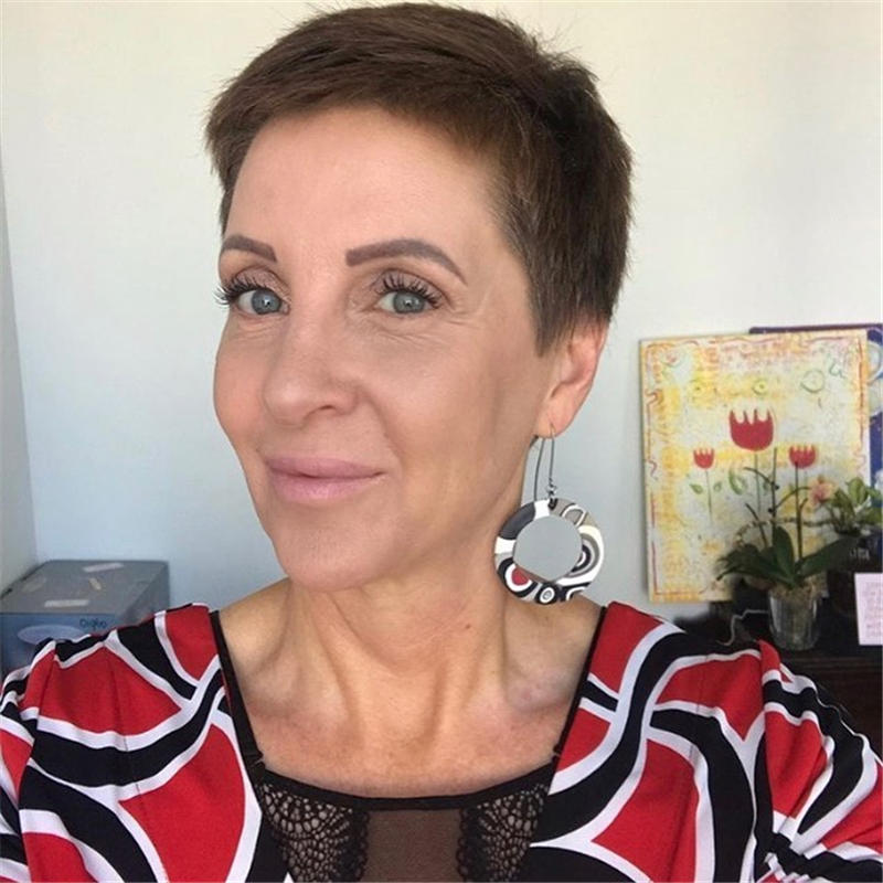 Classy and Simple Pixie Haircut for Older Ladies 03