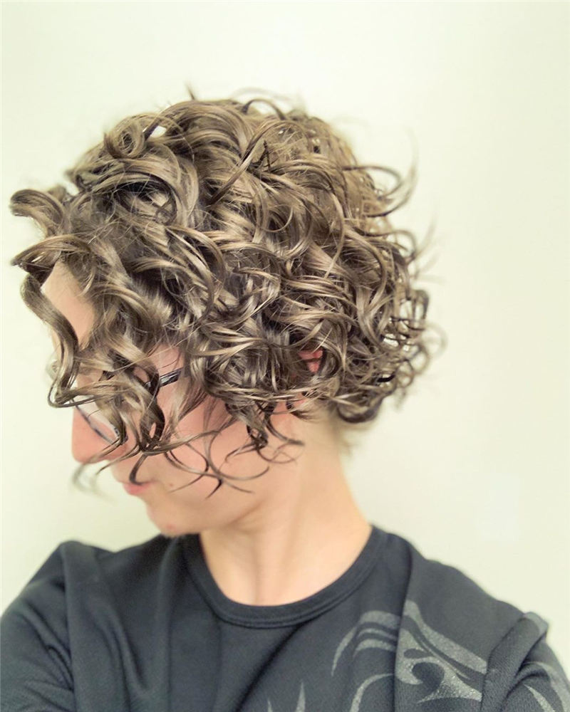 Best Short Wavy Hairstyles For Women 2021 16