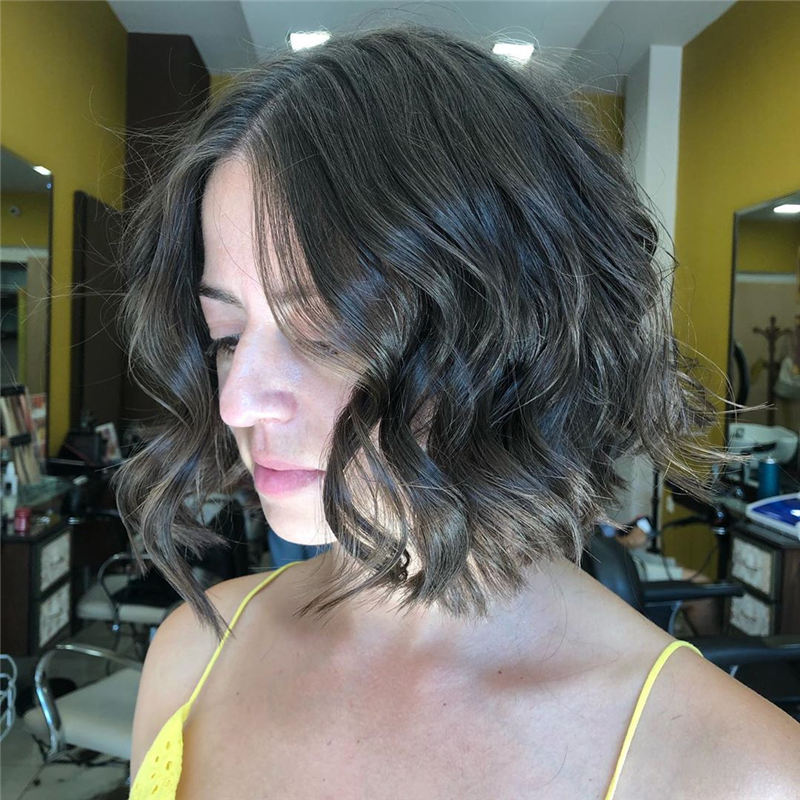 Best Short Wavy Hairstyles For Women 2021 23