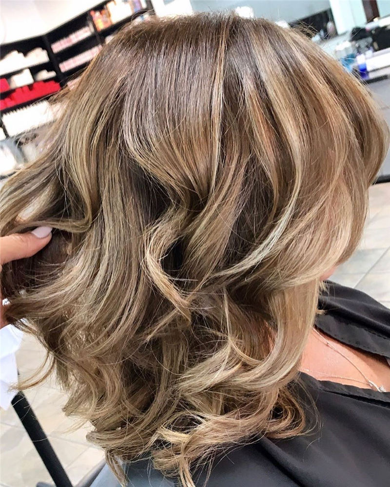 Best Short Wavy Hairstyles For Women 2021 38
